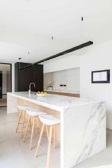 43. Cozinha sofisticada com ilha de mármore decorada com banquetas para bancada. Foto: Pinterest