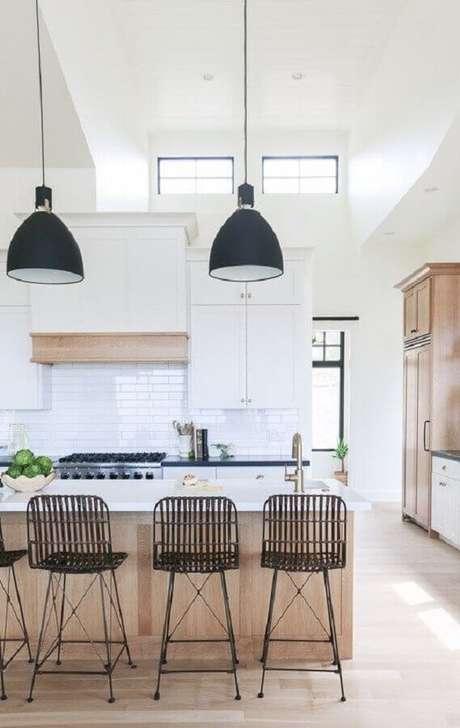 32. Decoração de cozinha branca com banquetas modernas para bancada. Foto: Archilovers