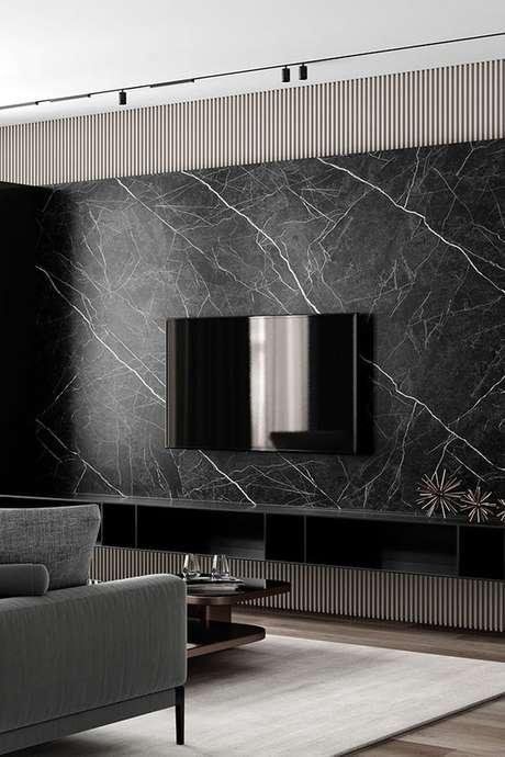 73. Painel de tv feito com revestimento marmorizado – Foto Beheance