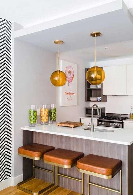 14. Decoração clean com banquetas estofadas para bancada de cozinha pequena branca. Foto: Pinterest