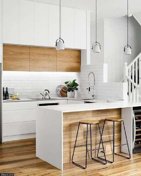30. Decoração de cozinha branca moderna com banquetas para bancada. Foto: Homify