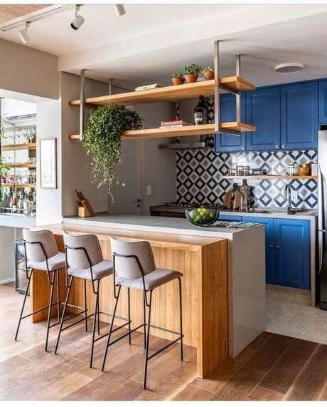 54. Banquetas para bancada de cozinha americana decorada com armários azuis. Foto: Pinterest