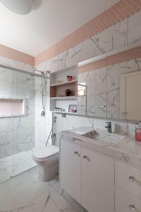29. Revestimento marmorizado no banheiro claro e sofisticado – Foto RP Guimarães