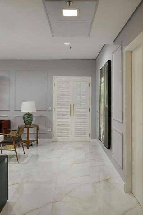 41. Sala com revestimento marmorizado – Foto Revista VD