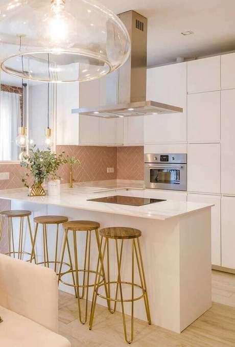 31. Decoração de cozinha branca com banquetas para bancada de madeira. Foto: Architecture Art Designs