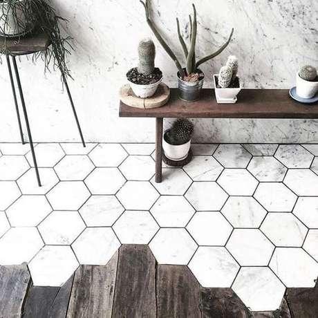 24. Revestimento marmorizado hexagonal – Foto Decora Online