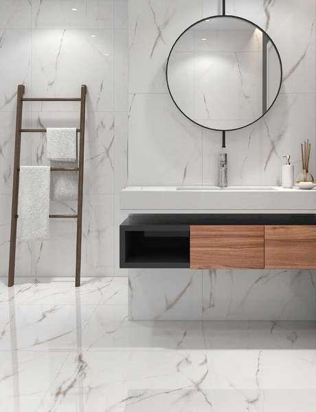 60. Banheiro moderno revestido de porcelanato marmorizado – Foto Center View