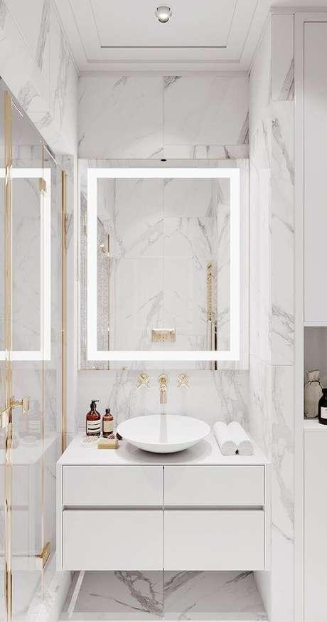 58. Banheiro moderno com revestimento marmorizado e espelho de led – Foto Behance