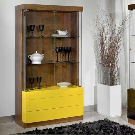 20. Cristaleira pequena de madeira com gavetas amarelas – Foto Eu Decoro