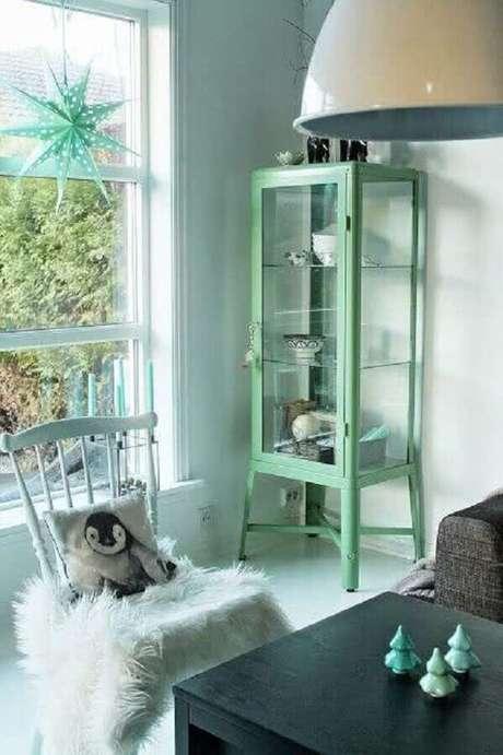 5. Cristaleira pequena antiga na decoração moderna em tons de cinza e verde – Foto REvista VD