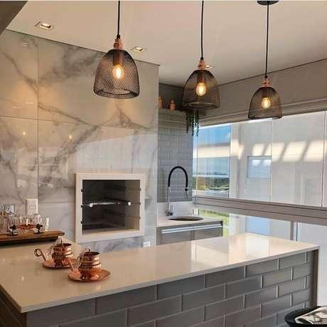 7. Varanda gourmet com revestimento marmorizado na churrasqueira – Foto Arkpad