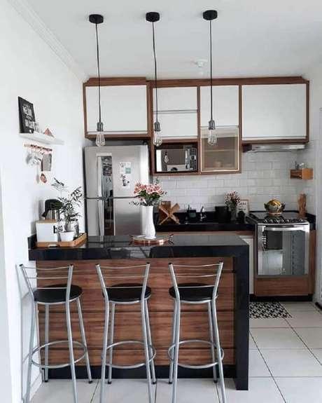 55. Banquetas para bancada de cozinha americana com decoração simples. Foto: Dicas de Mulher