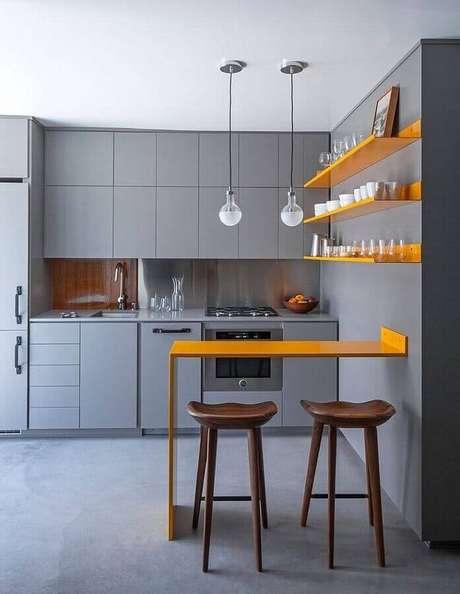 47. Cozinha cinza e amarela moderna decorada com banquetas para bancada de madeira. Foto: Architizer