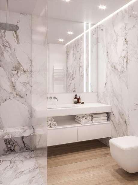 53. Banheiro com revestimento marmorizado e banheiro branco -Foto Archilovers