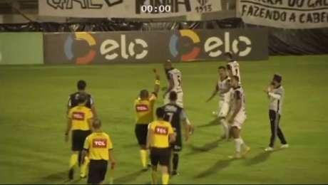 O volante Matheus Banguelê, cria das categorias de base do São Paulo,avançou sobre o lateral-direito Edson Ratinho e tentou agredir o parceiro do time catarinense com duas cabeçadas