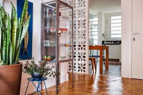 18. Cristaleira pequena de aço na sala de estar moderna – Foto Buji