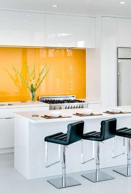 11. Banquetas estofadas para bancada de cozinha moderna branca e amarela. Foto: Home Adore