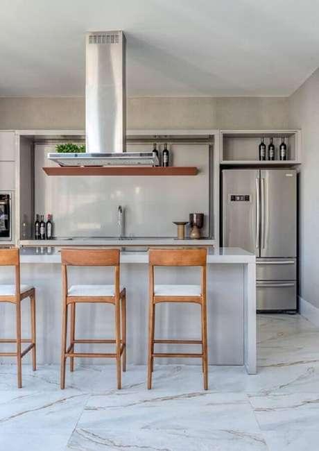46. Cozinha com ilha decorada com banquetas para bancada de madeira. Foto: Jeito de Casa