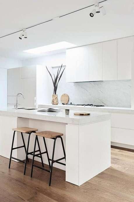 25. Decoração minimalista com banquetas para bancada de cozinha branca planejada com ilha. Foto: Home Fashion Trend