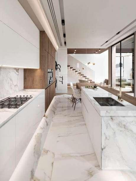 5. Cozinha branca revestida de porcelanato marmorizado – Foto Pinterest