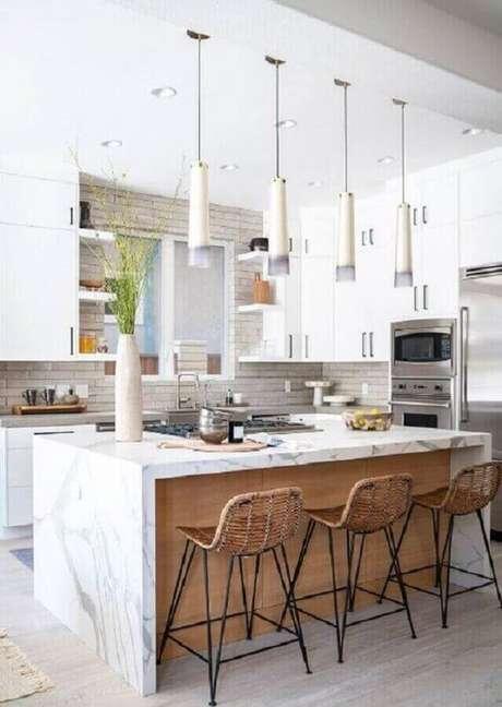 45. Cozinha decorada com banquetas para bancada de mármore. Foto: Casa de Valentina