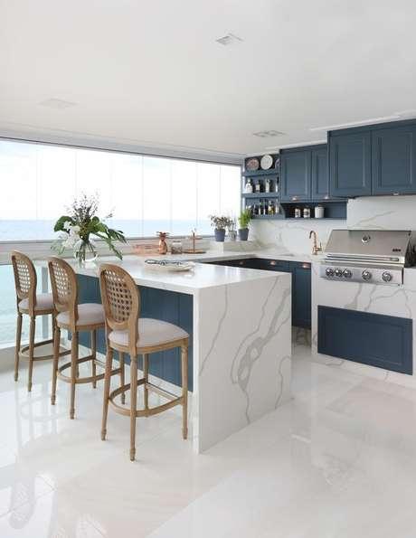 43. Varanda gourmet com revestimento marmorizado no fogão e no balcão – Foto Arkpad