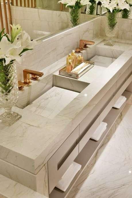 26. Revestimento marmorizado na bancada de banheiro – Foto Revista VD