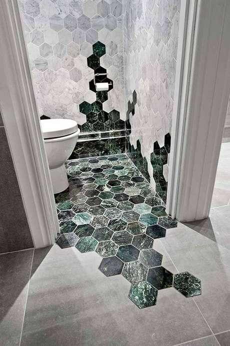 15. Revestimento hexagonal marmorizado no banheiro – Foto Simplichique