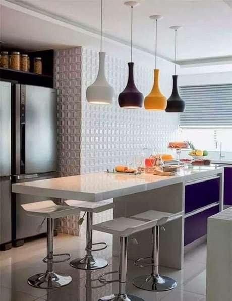 10. Banquetas para bancada de cozinha decorada com luminária pendente colorida. Foto: Homify