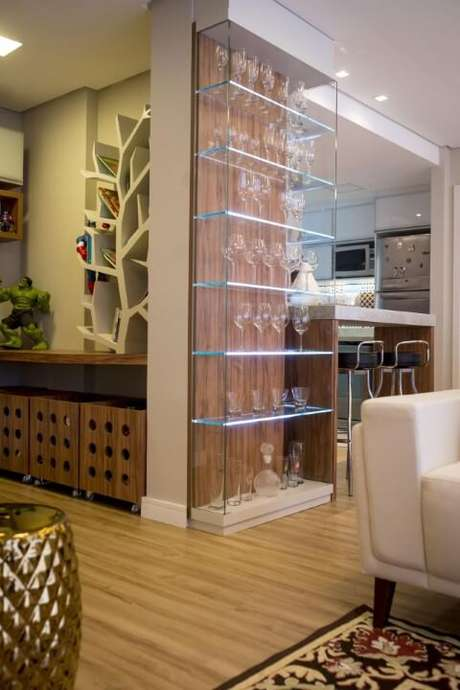32. Cristaleira pequena de vidro no projeto da sala de estar – Foto Inova Arquitetura