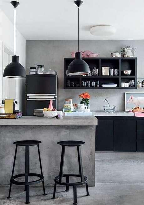 49. Banquetas para bancada de cozinha preta e cinza decorada com cimento queimado. Foto: Pinterest