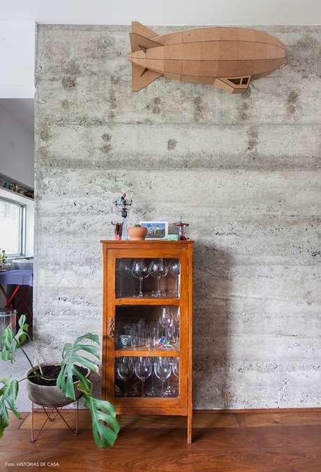 40. Cristaleira pequena na sala de estar moderna – Foto Histórias de Casa