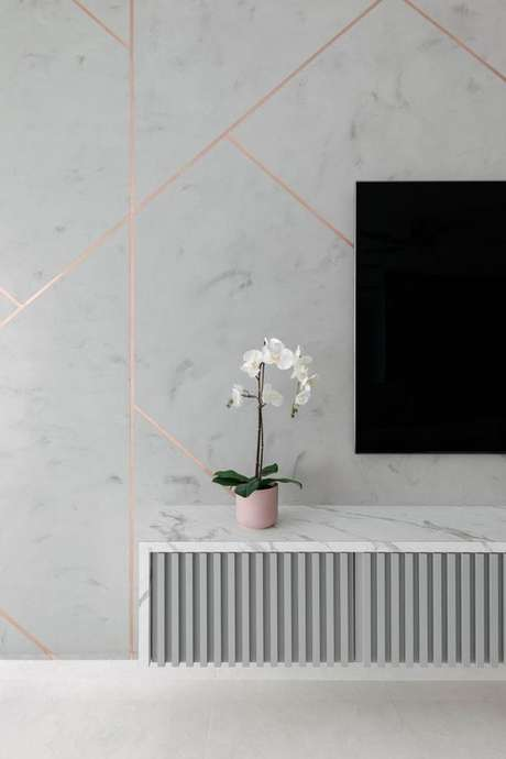 42. Sala de estar com revestimento marmorizado branco e rose – Foto Foto Qanvast