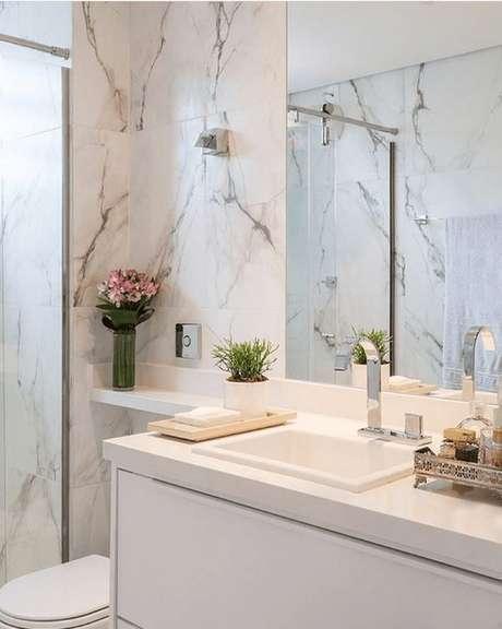 36. Revestimento marmorizado no banheiro amplo e chique – Foto Pinterest