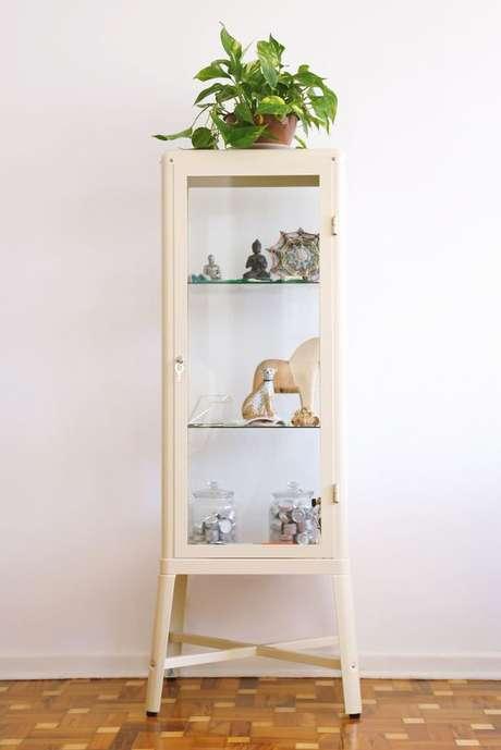 15. Cristaleira pequena branca na decoração de sala compacta – Foto Pinterest