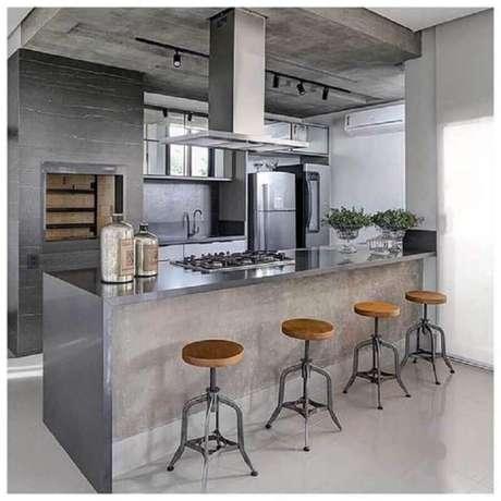 26. Decoração estilo industrial com banquetas para bancada de área gourmet cinza. Foto: Pinterest