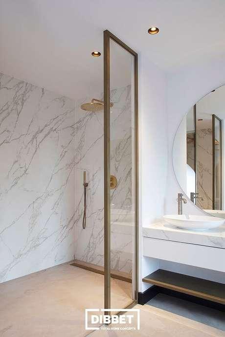 59. Banheiro moderno com revestimento marmorizado- Foto Dibbet