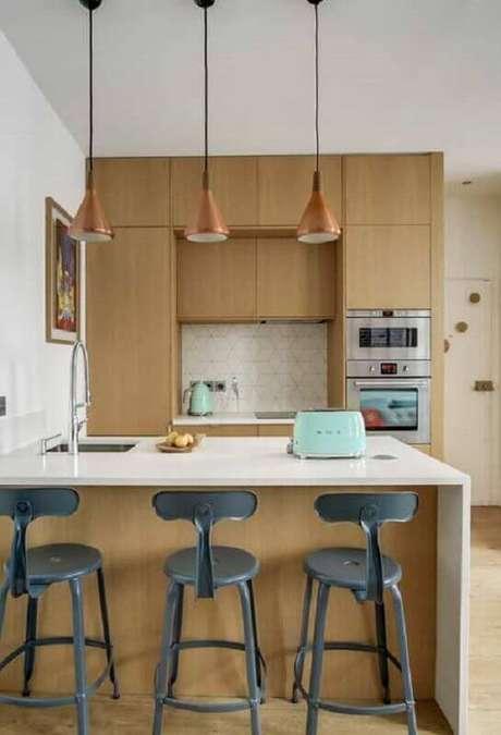 42. Decoração com banquetas altas para bancada de cozinha de madeira. Foto: Home Fashion Trend