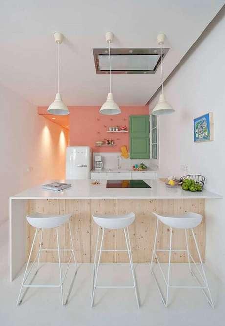 65. Bancada com banquetas para cozinha decorada em tons pastéis. Foto: Apartment Therapy