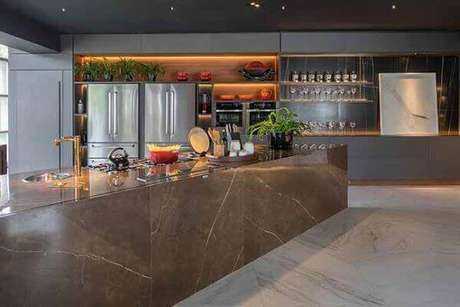 45. Balcão de cozinha com revestimento marmorizado marrom – Foto Revist News