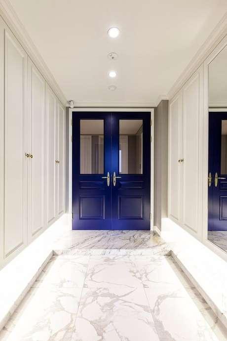 38. Revestimento marmorizado no piso de casa com porta azul Foto Pinterest