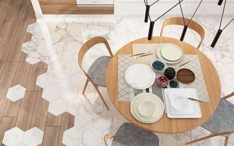 9. Sala de jantar com revestimento hexagonal marmorizado – Foto Assim eu Gosto