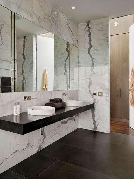 35. Revestimento marmorizado no banheiro preto e branco – Foto Arkpad