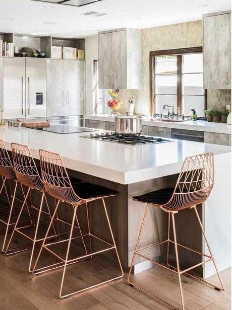 59. Banquetas modernas para bancada de cozinha moderna com ilha. Foto: Home Fashion Trend