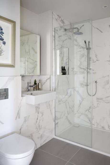 33. Revestimento marmorizado no banheiro moderno – Foto Simshildtich