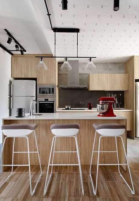 18. Modelo diferente de banquetas altas para bancada de cozinha de madeira planejada. Foto: Pinterest