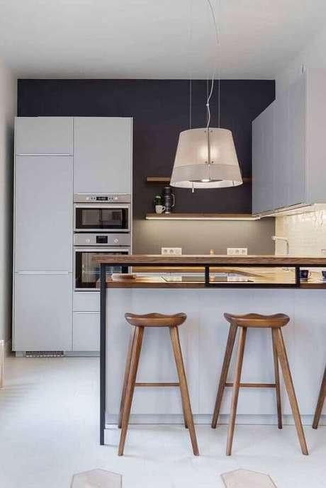 40. Decoração com banquetas de madeira para bancada de cozinha moderna. Foto: Futurist Architecture
