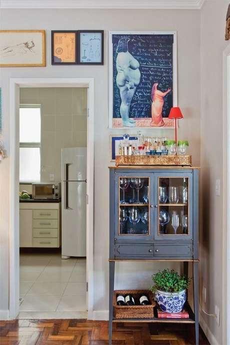 51. Cristaleira pequena estilo retrô na decoração criativa Foto Ideias em Casa