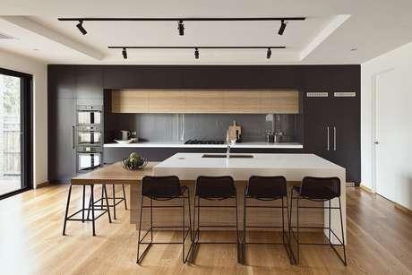 23. Decoração moderna com banquetas para bancada de cozinha ampla com ilha. Foto: Decorstore