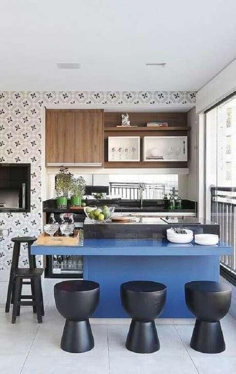 4. Banquetas baixas para bancada azul de varanda gourmet. Foto: Histórias de Casa